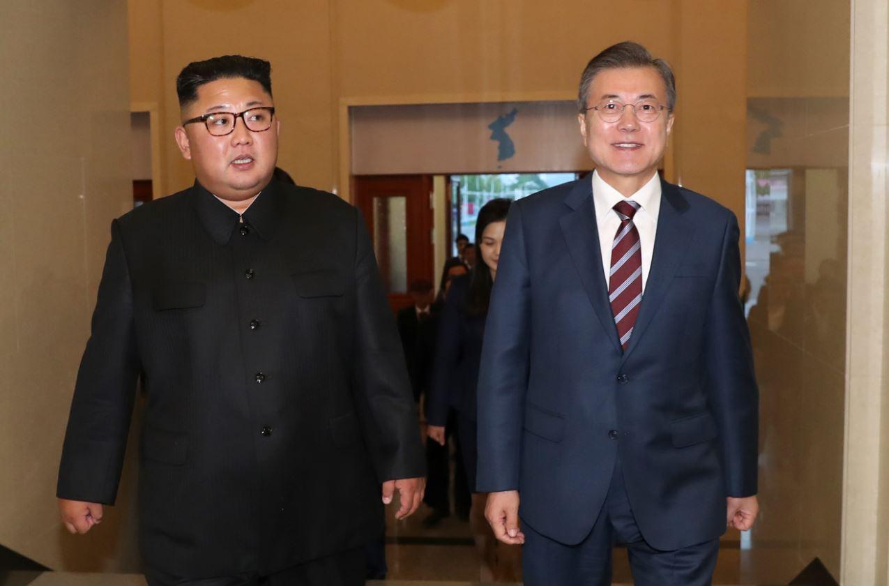 문 대통령-김정은, 이틀째 정상회담....방북단 北집단체조 '빛나는 조국' 관람