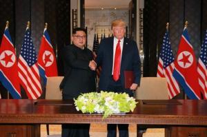 트럼프-김정은, 단독회담서 직통 전화번호 교환
