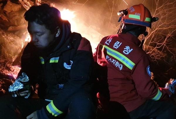 정선군 여량면 구절리에서 발생한 산불로 밤샘 진화에 나선 진화대원들이 새벽 3시 김밥으로 허기를 달래고 있다.