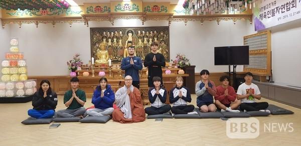 진천 선수촌 법당에서 지도법사 스님과 함께 한 강채영 선수(우측 오른쪽에서 4번째)