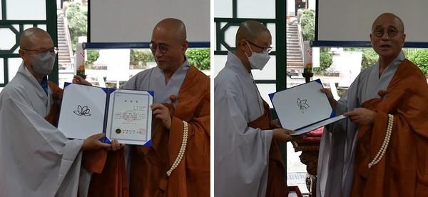 쌍계사 주지 영담스님으로부터 총무원장 표창장을 전달받고 있는 수문스님(왼쪽 사진의 왼쪽)과 지연스님.